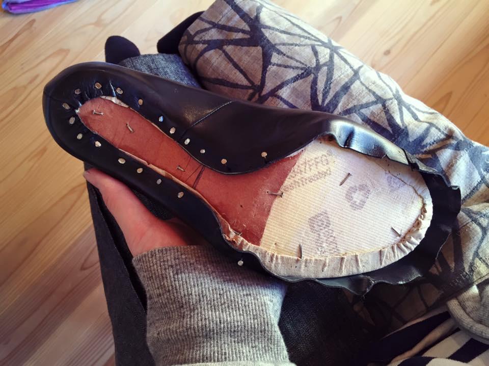 アッパーと靴底(本底)をつなげ、靴の内面底部で直接足を支える、 靴本体の中心となるパーツ \u203b写真の中央部分。この上に本底とヒールをつける。