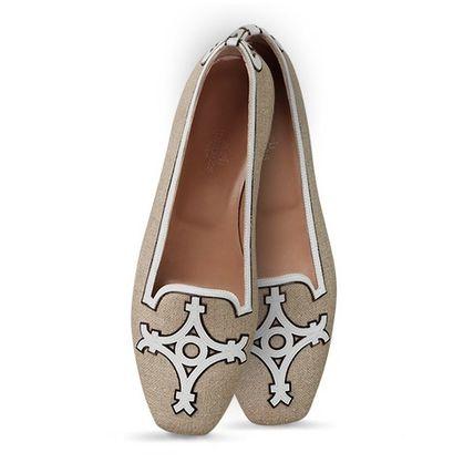 fe45df8e21bf ... に履く紳士用のオペラパンプス(Opera Pump)をモチーフとしたパンプスタイプの靴 現在はスリッポンのフラットシューズとして女性用の物 が多く出回っている